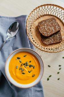 Velouté de potiron avec pain grillé et graines de citrouille. nourriture maison saine. nourriture naturelle. régime végétalien