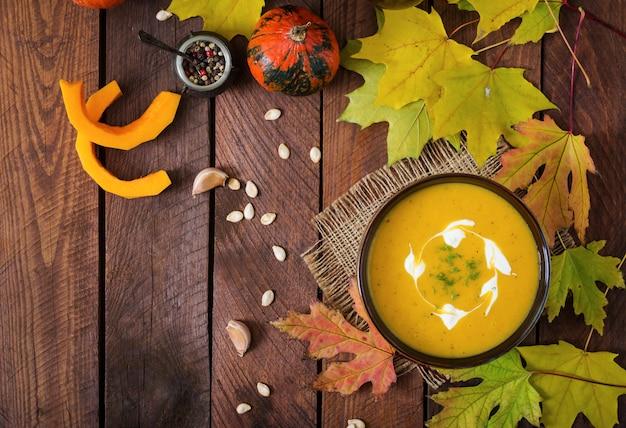 Velouté de potiron avec sauce à la crème sure. halloween. vue de dessus