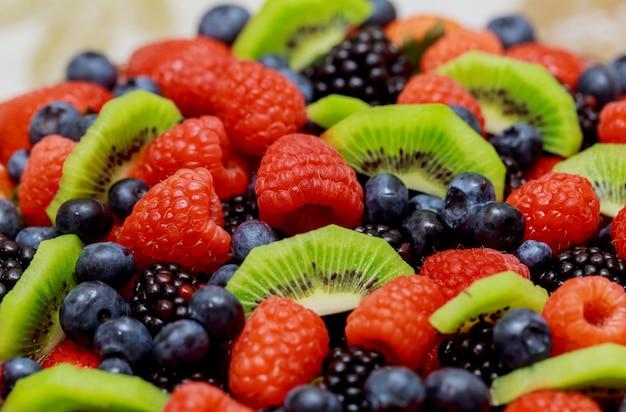 Velvet cake avec de belles baies fraises, framboises, myrtilles