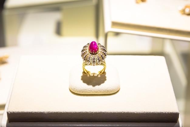 Venaria reale, italie - circa aot 2020 : bague de luxe avec gemme rubis géante. fabriqué en 1972 par gianmaria buccellati.