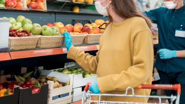 Vendeur et acheteur dans le magasin pendant la pandémie. photo avec une copie de l'espace