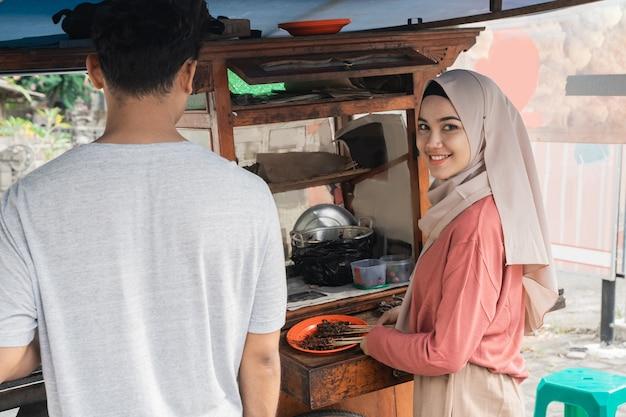Vendeur d'aliments de rue homme et femme