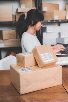 Vendeur de boutique en ligne travaillant au bureau à domicile