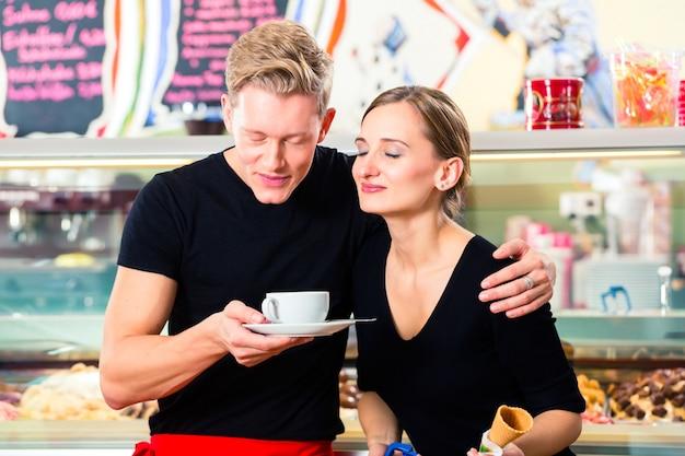 Vendeur de crème glacée et serveur travaillant dans un café