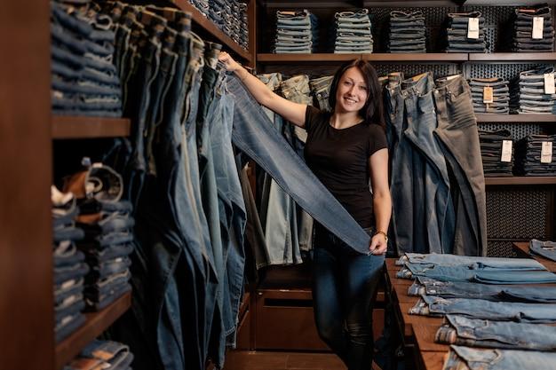 Vendeur dans un magasin de jeans