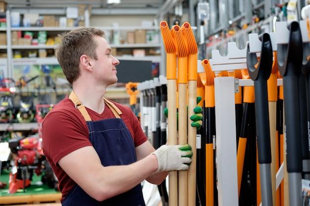 Vendeur dans le magasin d'outils de construction