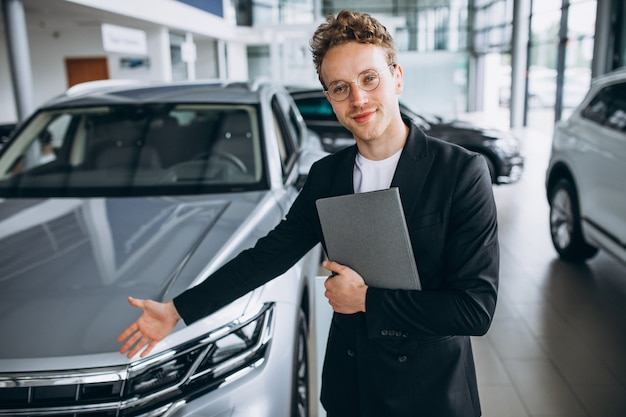 Vendeur dans un showroom automobile