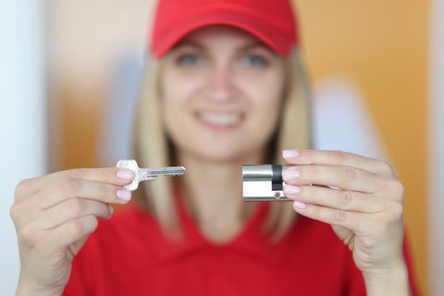 Vendeur femme détient la clé et le trou de la serrure dans ses mains
