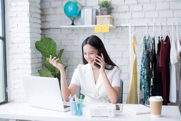 Vendeur en ligne expliquez aux clients au téléphone.