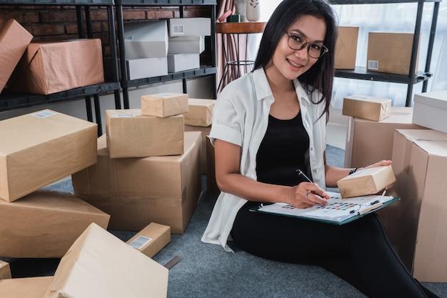 Vendeur en ligne femme asiatique