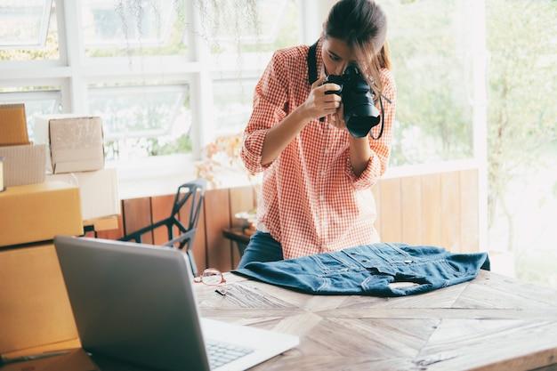 Le vendeur en ligne prend une photo du produit pour le télécharger sur le site web.