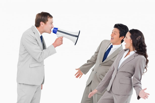 Vendeur avec mégaphone criant à des associés