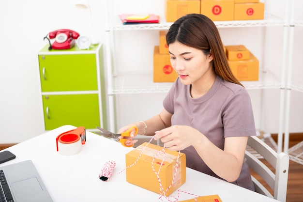 Le vendeur prépare la boîte de livraison pour le client