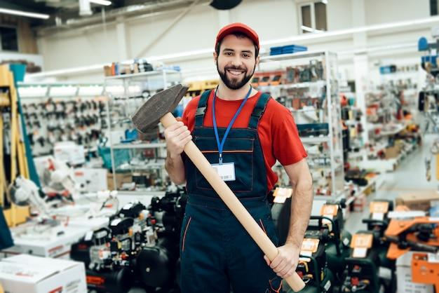 Un vendeur tient un nouveau marteau géant