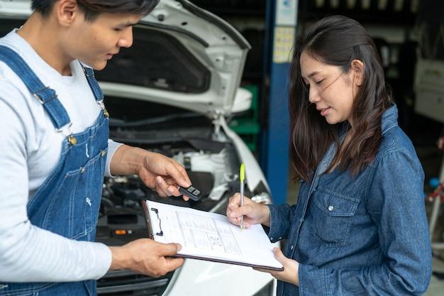 Vendeur de voitures fait affaire avec le prêteur. les voitures d'occasion moins cher que les voitures neuves. mais pour acheter une utilisation