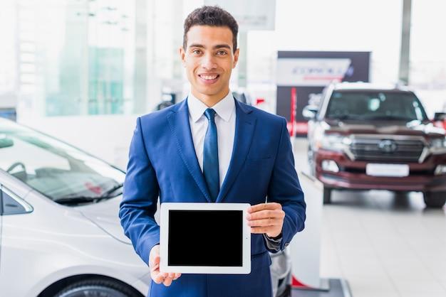 Vendeur de voitures avec tablette