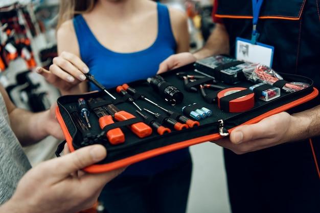 Les vendeurs montrent une nouvelle boîte à outils aux clients