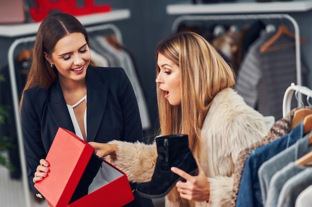 Vendeuse aidant le client en boutique