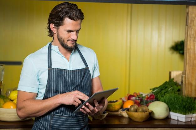 Vendeuse à l'aide d'une tablette numérique