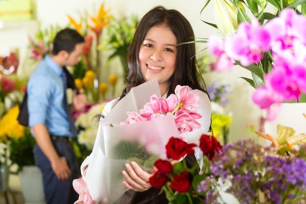 Vendeuse et cliente dans un magasin de fleurs