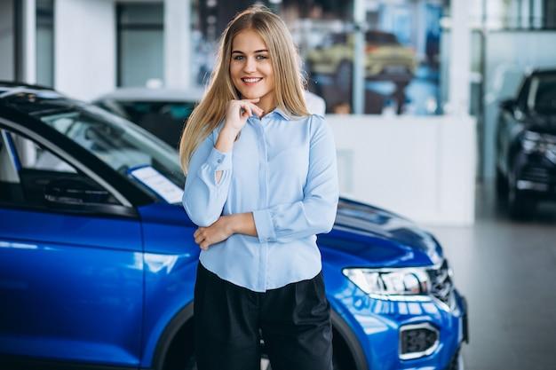 Vendeuse, femme, voiture, salle d'exposition