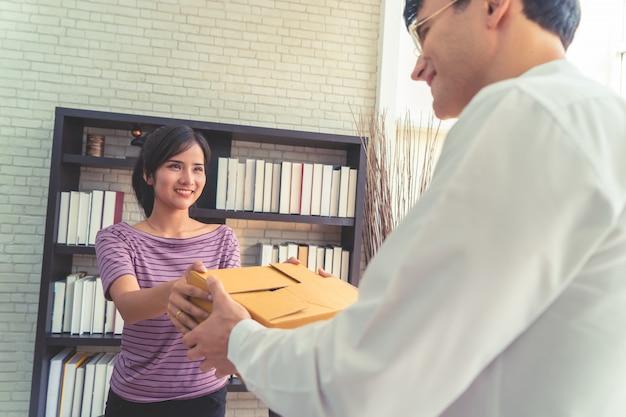 Vendeuse propriétaire d'une entreprise à domicile s'occupant du colis au client