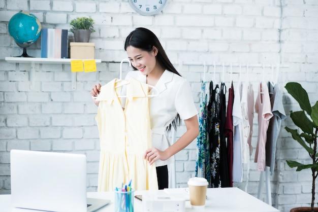 Les vendeuses en ligne vendent des vêtements. via le réseau social chez elle