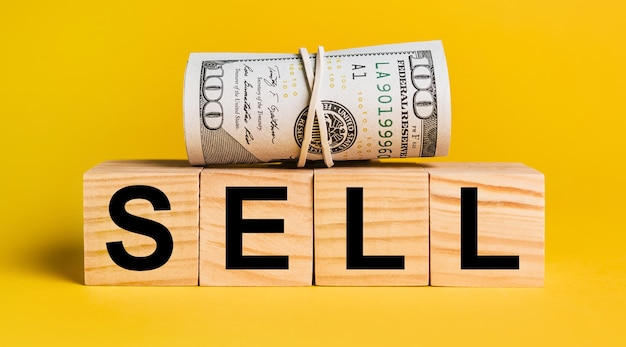 Vendre avec de l'argent sur fond jaune. le concept d'entreprise, de finance, de crédit, de revenu, d'épargne, d'investissement, d'échange, d'impôt