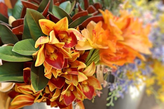 Vendre de belles fleurs artificielles colorées