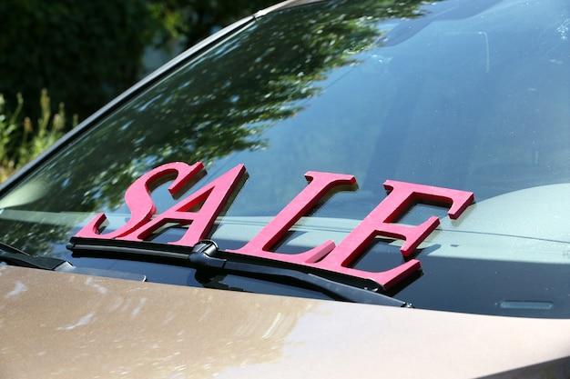 À vendre signe sur le pare-brise de la voiture.