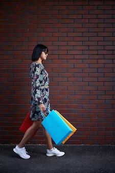 Vendredi noir. femme tenant des sacs en papier à la main. centre commercial.