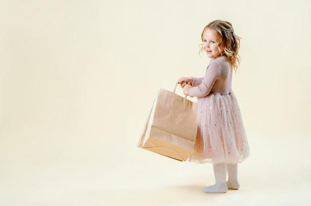 Vendredi noir. petite fille blonde tient des paquets d'artisanat