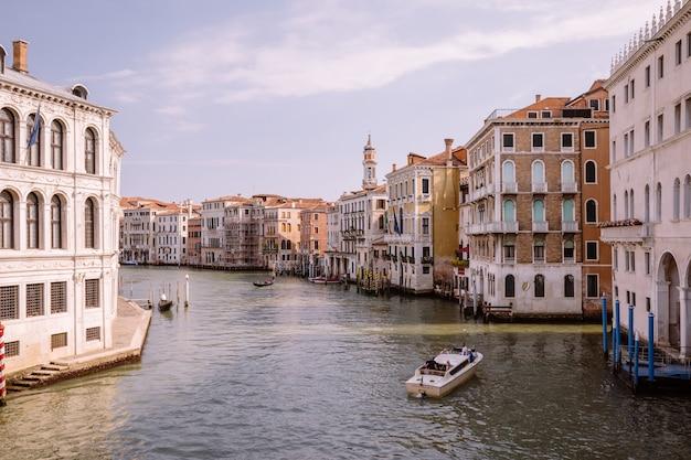 Venise, italie - 1 juillet 2018 : vue panoramique sur le grand canal (canal grande) depuis le pont du rialto. c'est l'un des principaux couloirs de circulation de l'eau dans la ville de venise. paysage de journée ensoleillée d'été et de ciel bleu