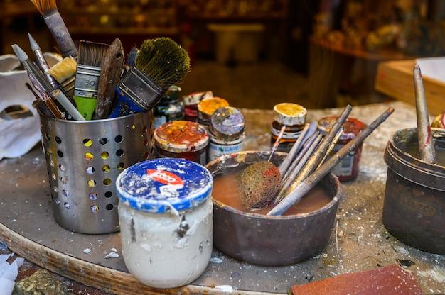 Venise, italie. lieu de travail de l'artiste, pinceaux, peintures et autres outils.