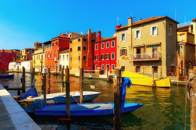 Venise, italie. rue du canal traditionnel avec gondoles et bateaux