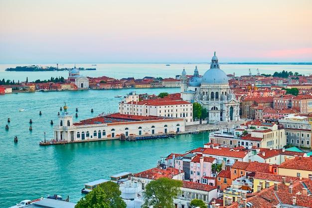 Venise en italie. vue panoramique avec le grand canal et l'église santa maria della salute au crépuscule