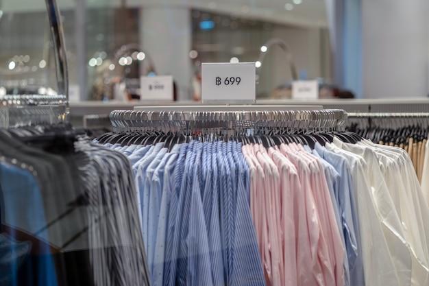 Vente annonce sur la ligne de vêtements dans le grand magasin