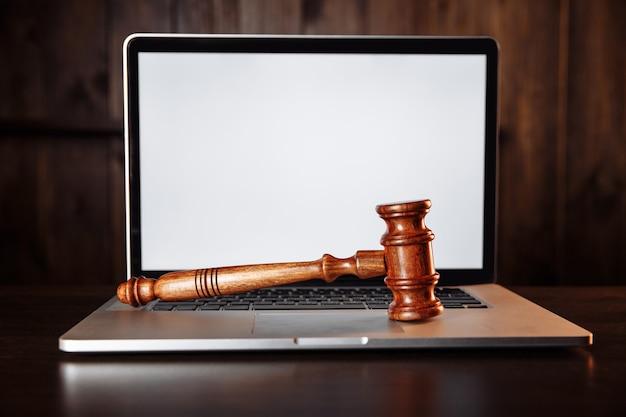 Vente aux enchères ou juge marteau sur un clavier d'ordinateur.