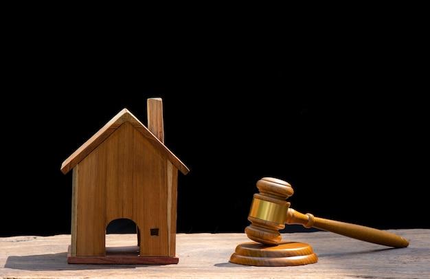Vente aux enchères de maisons, marteau aux enchères, symbole de l'autorité et maison miniature