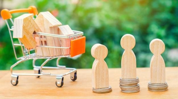 Vente aux enchères, vente publique de biens immobiliers. maison en bois, chariot de supermarché, gens
