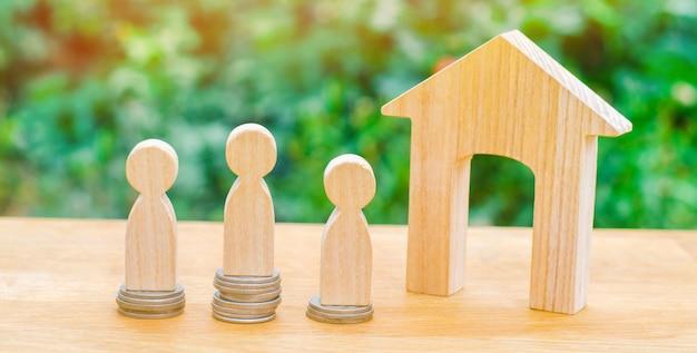 Vente aux enchères, vente publique de biens immobiliers. maison en bois, chariot de supermarché, personnes achat