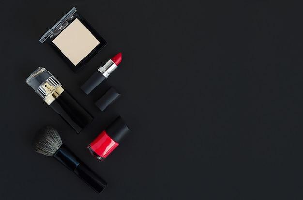 Vente de beauté. produit cosmétique décoratif de marque de luxe, parfum, maquillage sur fond sombre. vendredi noir. cadeaux, cadeaux, réduction pour les vacances.
