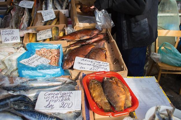 Vente de divers poissons à une foire en russie. un comptoir avec du poisson au marché