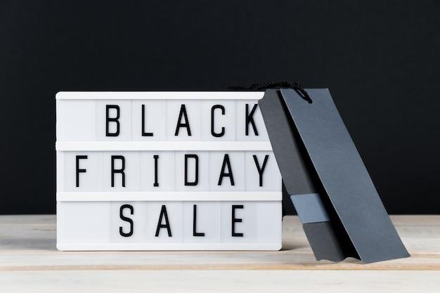 Vente du vendredi noir. étiquette et lightbox sur fond sombre. bannière pour la publicité.