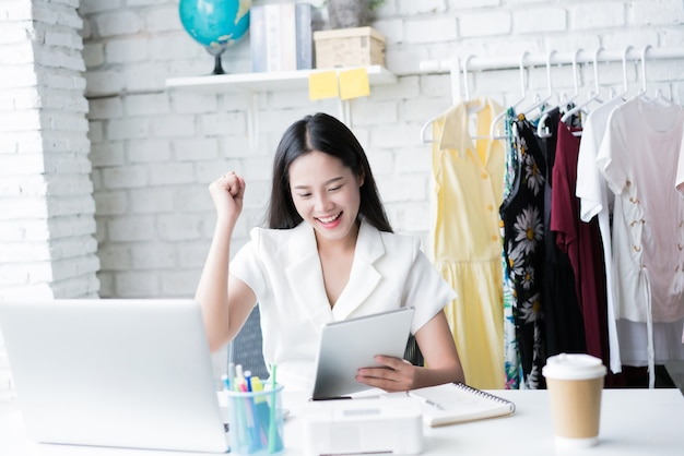 Vente de femme asiatique en ligne spéciale, elle est satisfaite du succès des ventes