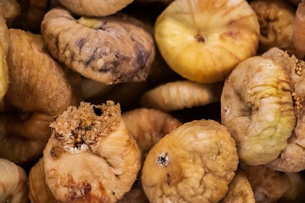 Vente de figues séchées dans un supermarché. fermez les fruits pour une alimentation saine.