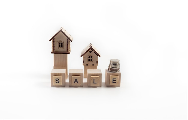 Vente immobilière de petites maisons en bois de jouet et lettrage de vente