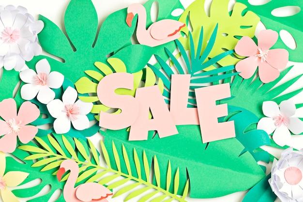 Vente de mot sur fond de feuilles de papier tropical coupé vente d'été