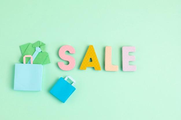 Vente de mots et sacs en papier. seasonalsale, offres en ligne, réductions, promotion, concept de dépendance au shopping