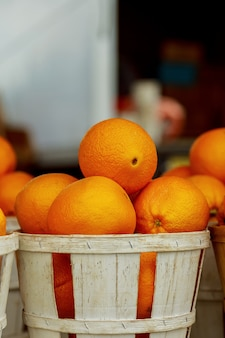 Vente d'oranges fraîches dans les paniers du marché fermier